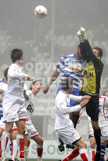 voetbal  fc emmen - de graafschap seizoen 2009-2010 08-11-2009 berry powel loopt gebroken neus op in duel met doelman harm zeinstra