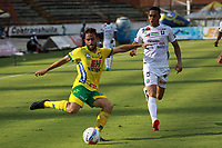 NEIVA - COLOMBIA, 31-10-2017: Facundo Albaqui (Izq) del Atlético Huila disputa el balón con Harrison Henao (Der) del Once Caldas durante partido por la fecha 18 de la Liga Águila II 2017 jugado en el estadio Guillermo Plazas Alcid de la ciudad de Neiva. / Facundo Albaqui (L) player of Atletico Huila fights for the ball with Harrison Henao (R) player of Once Caldas during match for the date 18 of the Aguila League II 2017 played at Guillermo Plazas Alcid in Neiva city. VizzorImage / Sergio Reyes / Cont