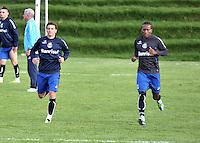 BOGOTA - COLOMBIA - 09-05-2013: Elano (Izq.)  y Ze Roberto (Der.) jugadores del Gremio durante entreno en el Centro de Alto Rendimiento en Altura en la ciudad de Bogota, mayo 09 de 2013. El gremio de Brasil se encuentra en Bogota para disputar partido de vuelta de la Copa Bridgestone Libertadores contra el Independiente Santa Fe, el proximo mayo 16 en el estadio Nemesio Camacho el Campin. ( Foto: VizzorImage / Luis Ramirez / Staff). Elano (R) and Ze Roberto (L) players of Gremio during a training in the High Performance Centre in Height in the city of Bogota, May 9, 2013. Gremio of Brazil is in Bogota to play second leg of the Copa Bridgestone Libertadores against Independiente Santa Fe, next May 16 in the stadium Nemesio Camacho el Campin. (Photo: VizzorImage / Luis Ramirez / Staff)