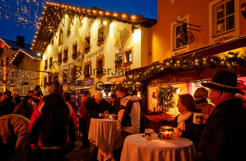 Oesterreich, Tirol, Kitzbuehel: internationaler Wintersportort, weihnachtliches Treiben in der Altstadt | Austria, Tyrol, Kitzbuehel: international ski resort, Christmas feeling at Old Town