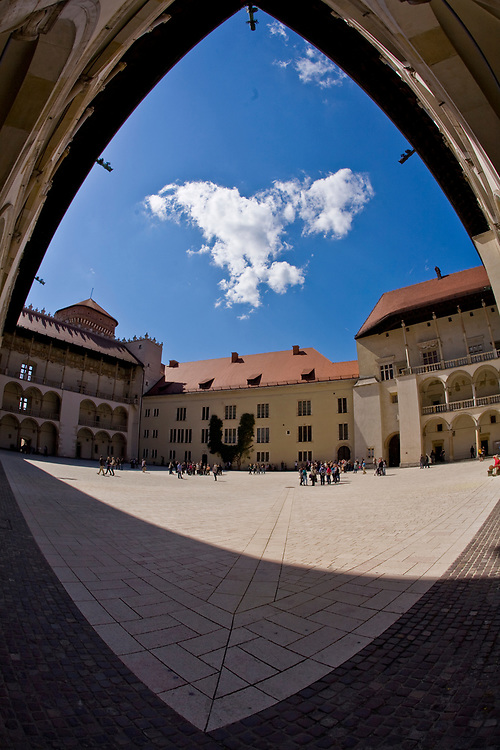 Zamek Krolewski na Wawelu, widok na dziedziniec zamkowy.<br /> Wawel Castle in Cracow, Poland