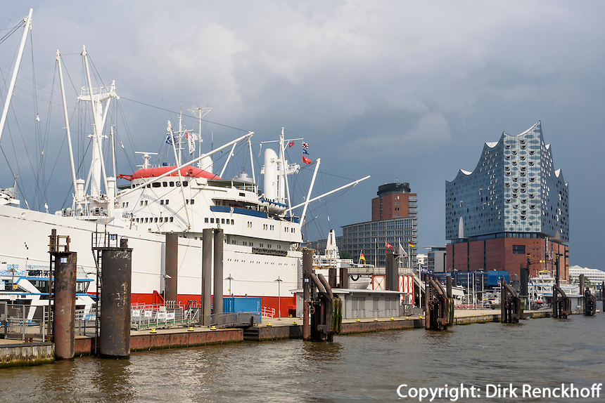 Museumsschiff Cap San Diego, St. Pauli und Elbphilharmonie in der Hafencity, Hamburg, Deutschland<br /> museum ship Cap San Diego in   St. Pauli and Elbphilharmonie in Hafencity, Hamburg, Germany