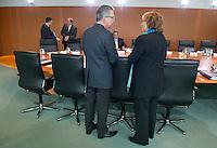 Berlin, Verteidigungsminister Thomas de Maiziere (CDU) und Bundesjustizministerin Sabine Leutheusser-Schnarrenberger (FDP) unterhalten sich am Mittwoch (24.04.13) vor Beginn der Sitzung des Bundeskabinetts im Kanzleramt.