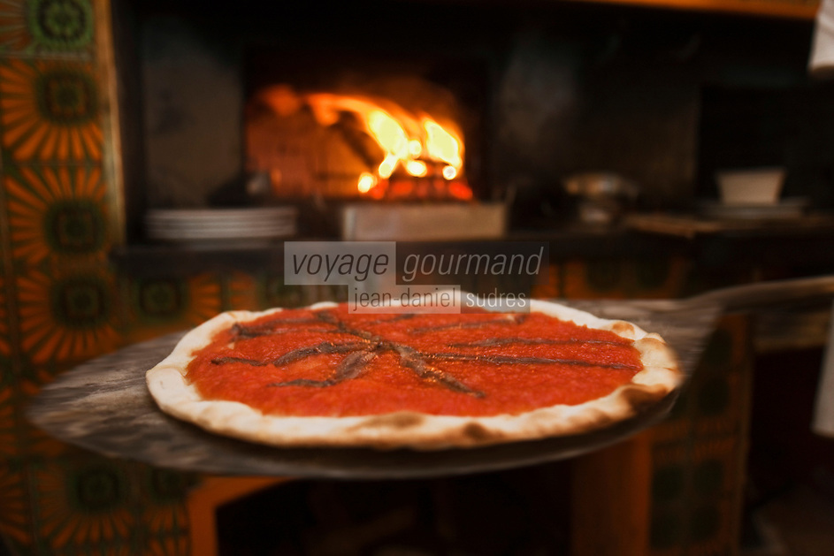 Europe/France/Provence-Alpes-Côte d'Azur/13/Bouches-du-Rhône/Marseille :Préparation de la pizza chez  Mme Rose au Restaurant Chez Vincent, 25, rue Glandevès