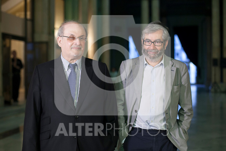 British novelist Salman Rushdie (L) and Antonio Munoz Molina before the `Circulo de Bellas Artes´ Golden Medal ceremony in Madrid, Spain. October 06, 2015. (ALTERPHOTOS/Victor Blanco)