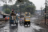INDIEN Jharia Siedlungen muessen brennenden Kohlefloezen und dem Abbau der BCCL Ltd weichen | .INDIA Jharkhand Jharia, spreading of smoking underground coalfield and coal mining of BCCL Ltd. affect villages around Jharia