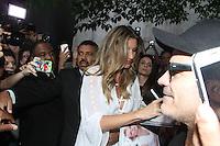 """SÃO PAULO,SP, 06.11.2015 - GISELE-BUNDCHEN - A modelo brasileira Gisele Bundchen é vista deixando a Livraria da Vila nos Jardins, zona sul de São Paulo, nesta sexta-feira, 6. Gisele está em São Paulo para sessão de autógrafos do seu livro, """"Bündchen"""" com fotos de seus vinte anos de carreira. (Foto: Amauri Nehn / Brazil Photo Press)"""