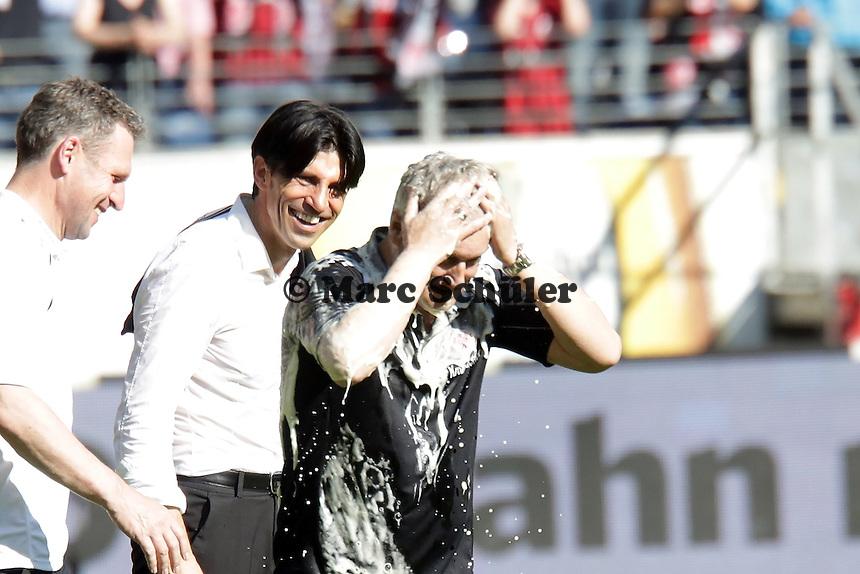 Trainer Armin Veh (Eintracht) mit Bier geduscht, Manager Bruno Hübner amüsiert sich