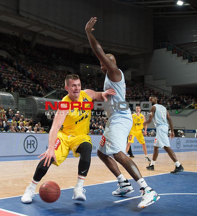 10.02.2019, &Ouml;VB Arena, Bremen, GER, easy Credit-BBL, Eisb&auml;ren Bremerhaven vs EWE Baskets Oldenburg, im Bild<br /> am Gegner vorbei<br /> Darnell JACKSON ( Eisb&auml;ren Bremerhaven #77 )<br /> Rasid MAHALBASIC (EWE Baskets Oldenburg #24 )<br /> Foto &copy; nordphoto / Rojahn