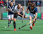 AMSTELVEEN  -  Billy Bakker (Adam) met Lukas Sutorius (Pinoke)  Hoofdklasse hockey dames ,competitie, heren, Amsterdam-Pinoke (3-2)  .   COPYRIGHT KOEN SUYK