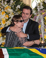 RIO DE JANEIRO, 07 DE DEZEMBRO 2012 - MORTE OSCAR NIEMEYER -viúva de Niemeyer, Vera Lúcia Niemeyer consolada por Eduardo Paes durante velório do arquiteto Oscar Niemeyer realizado nesta sexta-feira (07) no Palácio da Cidade, no Rio de Janeiro (RJ). Niemeyer morreu aos 104 anos, no Hospital Samaritano, em Botafogo, onde estava internado em estado grave e respirando com a ajuda de aparelhos, por causa de uma infecção respiratória. FOTO: VANESSA CARVALHO - BRAZIL PHOTO PRESS.