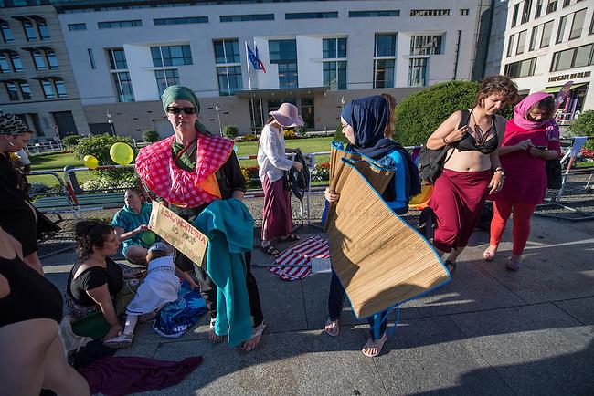 Protest gegen das Burkini-Verbot in Frankreich.<br /> Muslimische und nicht-muslimische Frauen protestierten am Donnerstag den 25. August 2016 in Berlin mit einer &quot;Beach-Party gegen Rassismus&quot; vor der Franzoesischen Botschaft gegen das Verbot der muslimischen Badebekleidung &quot;Burkini&quot;.<br /> In Frankreich war wenige Tage zuvor eine muslimische Frau am Strand von Polizeibeamten unter dem Applaus von umstehenden Badegaesten gezwungen worden ihre Strandbekleidung auszuziehen.<br /> 25.8.2016, Berlin<br /> Copyright: Christian-Ditsch.de<br /> [Inhaltsveraendernde Manipulation des Fotos nur nach ausdruecklicher Genehmigung des Fotografen. Vereinbarungen ueber Abtretung von Persoenlichkeitsrechten/Model Release der abgebildeten Person/Personen liegen nicht vor. NO MODEL RELEASE! Nur fuer Redaktionelle Zwecke. Don't publish without copyright Christian-Ditsch.de, Veroeffentlichung nur mit Fotografennennung, sowie gegen Honorar, MwSt. und Beleg. Konto: I N G - D i B a, IBAN DE58500105175400192269, BIC INGDDEFFXXX, Kontakt: post@christian-ditsch.de<br /> Bei der Bearbeitung der Dateiinformationen darf die Urheberkennzeichnung in den EXIF- und  IPTC-Daten nicht entfernt werden, diese sind in digitalen Medien nach &sect;95c UrhG rechtlich geschuetzt. Der Urhebervermerk wird gemaess &sect;13 UrhG verlangt.]