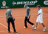 13-8-09, Den Bosch,Nationale Tennis Kampioenschappen, Kwartfinale, Peter Lucassen met de scheidsrechters in discussie over een lijnbeslissing