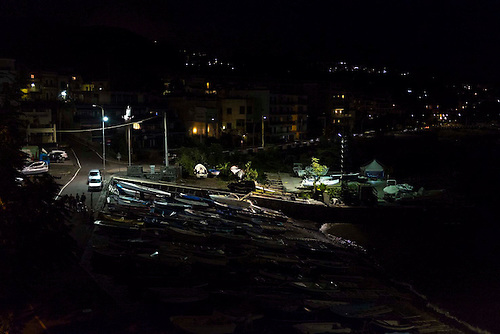 Aci castello, Catane, Sicile, Italie. Oct 2015. Port de peche, eclaire de nuit.