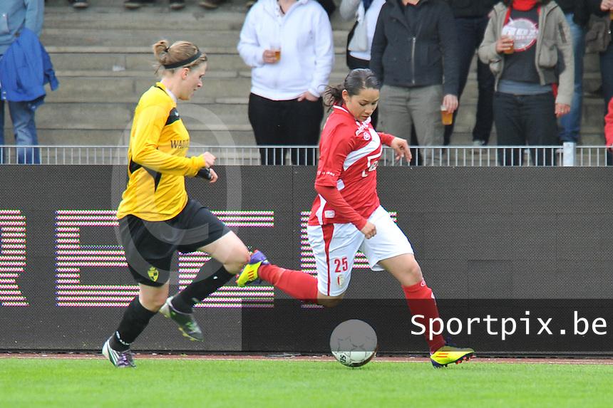 Bekerfinale 2012 : WD Lierse SK - Standard Femina :.Lola Wajnblum aan de bal voor Caroline Berrens.foto David Catry / Joke Vuylsteke / Vrouwenteam.be