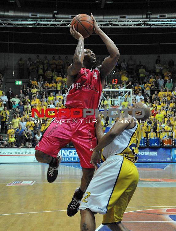BBL 2008/2009 - Play Off - Finale  Spiel 5 von 5. 25.06.2009 EWE Arena Oldenburg<br /> <br /> EWE Baskets - Telekom Baskets Bonn<br /> <br /> E.J. Rowland(Bonn -  #04) gegen Jason Gardner (#22 - EWE Baskets)<br /> <br /> Foto &copy; nph ( nordphoto )