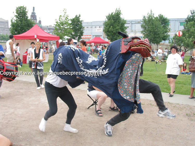 Children and adult experience traditional Japanse food, clothes and activities such as Sumo wrestling during a Japanese festival held outdoor in Montreal's Old-Port<br /> <br /> photo : (c)  Images Distribution