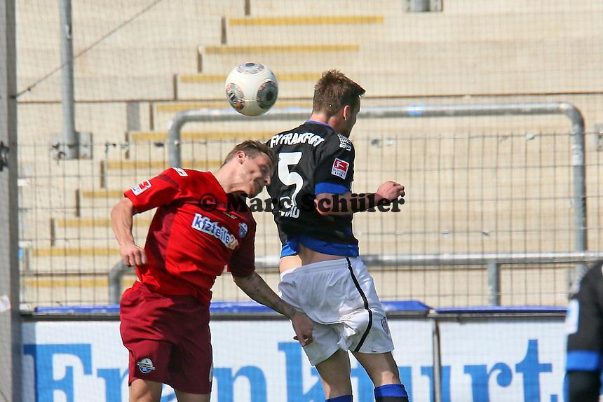 Manuel Konrad /FSV) klaert gegen Marvin Bakalorz (Paderborn) - FSV Frankfurt vs. SC Paderborn 07, Frankfurter Volksbank Stadion