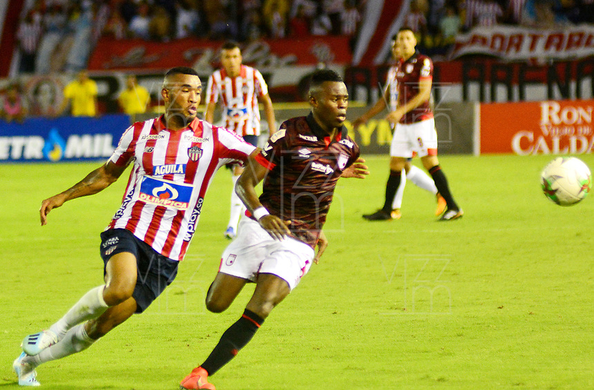 BARRANQUILLA-COLOMBIA, 18-08-2019: Fredy Hinestroza de Atlético Junior y Carlos Arboleda de Independiente Santa Fe disputan el balón, durante partido entre Atlético Junior y el Independiente Santa Fe, de la fecha 6 por la Liga Águila II 2019, jugado en el estadio Metropolitano Roberto Meléndez de la ciudad de Barranquilla. / Fredy Hinestroza of Atletico Junior and Carlos Arboleda of Independiente Santa Fe battle for the ball, during a match between Atletico Junior and Independiente Santa Fe, of the 6th date for the Aguila Leguaje II 2019 played at the Metropolitano Roberto Melendez Stadium in Barranquilla city, Photo: VizzorImage / Alfonso Cervantes / Cont.