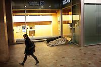 Milano: senzatetto dormono davanti ad una banca nel centro di Milano durante i giorni di grande freddo.
