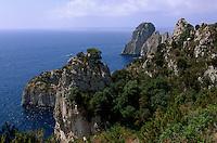 Italien, Capri, Faraglioni-Felsen, Blick vom Pizzolungo-Wanderweg