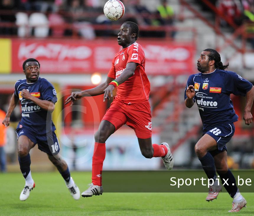 KV Kortrijk - AFC Tubeke..Elimane Coulibaly achternagezeten door Muscal Mvuezolo (links) en Jason Vandelanoitte (rechts)..foto David Catry / VDB