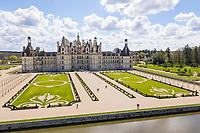 France, Loire-et-Cher (41), Chambord, château de Chambord,  la façade nord-ouest et le Cosson canalisé (vue aérienne)