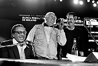 - il musicista e cantautore Enzo Jannacci, l'attore e commediografo Dario Fo e il cantautore e scrittore Gianfranco Manfredi durante un concerto pubblico a Milano nel settembre 1986....- the musician and song writer Enzo Jannacci, actor and playwright Dario Fo and song writer Gianfranco Manfredi during a public show in Milan, September 1986....