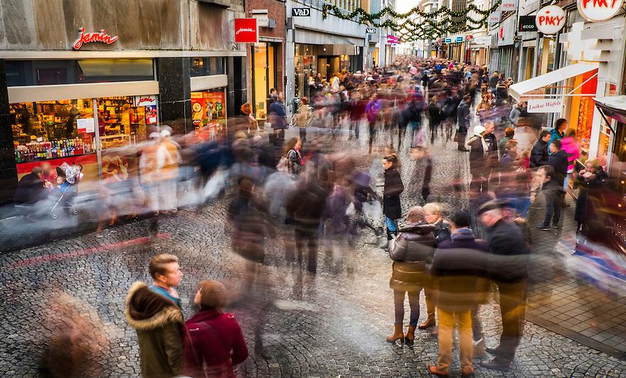 Nederland, Maastricht, 8 dec 2013<br /> Grote Straat, winkelstraat in Maastricht, uitlopend op het Vrijthof. Op zaterdagen of op koopzondag is het er gezellig druk. <br />  <br /> Foto: (c) Michiel Wijnbergh