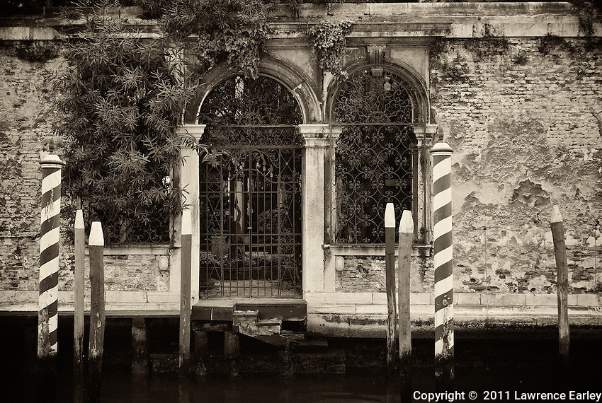 An old palazzo on the canal side of the Dorsoduro area.  I wished I could go through the wrought-iron gate and see the little enclosed and covered garden just inside.