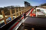 Bouw > Gww > Kunstwerken.In Nieuwegein werkt GMB Beton en Industriebouw aan de betonbekisting van een nieuwe brug over de Prinses Beatrixsluizen. De brug moet Nieuwegein vanuit het oosten ontsluiten en is extra hoog om de scheepvaart in het sluiscomplex niet te storen. Om de bouw van een derde sluiskolk in de toekomst mogelijk te maken, is de brug al extra breed gebouwd, zodat later onder de brug de nieuwe sluis gebouwd kan worden..© Ton Borsboom.steekwoorden: infra infrastructuur gww brug sluis verbinding beton rood blauw overheid gemeente Rijkswaterstaat