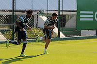 SÃO PAULO,SP, 07.10.2015 - FUTEBOL-PALMEIRAS - Os jogadores Zé Roberto e Robinho durante treino na Academia de Futebol, na Barra Funda região oeste de São Paulo na tarde desta quarta-feira (07).(Foto : Marcio Ribeiro / Brazil Photo Press)