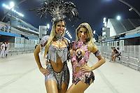 SÃO PAULO, SP, 05 DE FEVEREIRO DE 2012 - ENSAIO GAVIÕES DA FIEL - Tatiane Minerato (e) e Ana Paula Minerato (d) durante ensaio técnico da Escola de Samba Gaviões da Fiel na preparação para o Carnaval 2012. O ensaio foi realizado na noite deste domingo (05) no Sambódromo do Anhembi, zona norte da cidade. FOTO: LEVI BIANCO - NEWS FREE