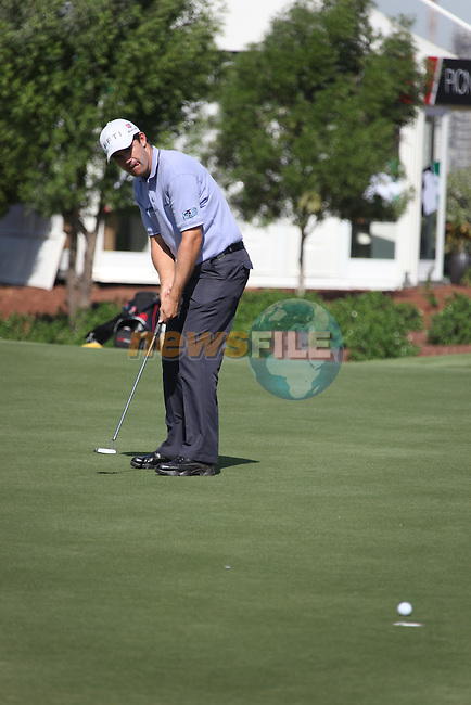Dubai World Championship Golf. Earth Course,.Jumeirah Golf Estate, Dubai, U.A.E...Padraig Harrington lines up his putt on the 5th during the first round of the Dubai World Golf championship..Photo: Fran Caffrey/www.golffile.ie...
