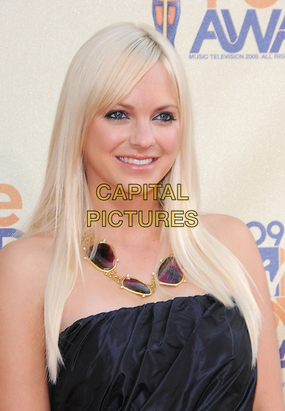 ANNA FARIS.The 2009 MTV Movie Awards held at Universal Ampitheatre  in Universal City, California, USA..May 31st, 2009  .headshot portrait strapless black brown red gold necklace .CAP/DVS.©Debbie VanStory/Capital Pictures.
