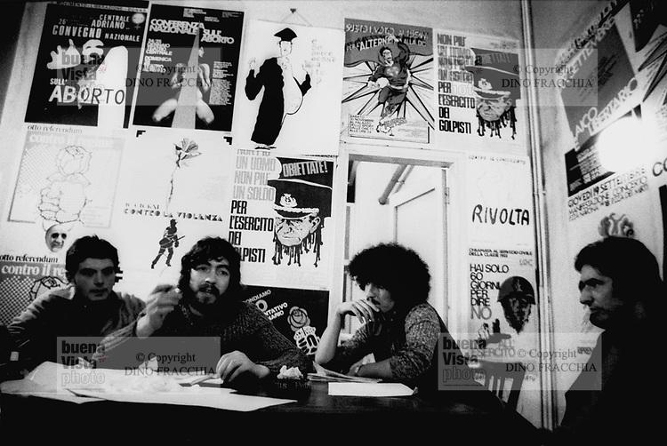 - reunion of the objectors of conscience association in the center of the Radical Party (Milan, 1974)....- riunione dell'associazione obiettori di coscienza presso la sede del Partito Radicale(Milano, 1974)