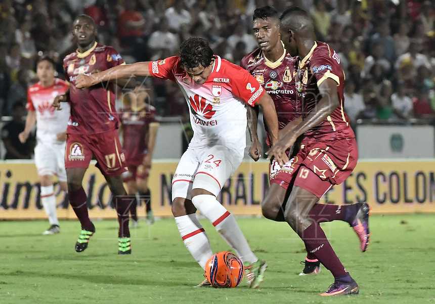 IBAGUÉ -COLOMBIA, 14-12-2016. Didier Delgado (Der) jugador de Deportes Tolima disputa el balón con Humberto Osorio (Izq) jugador del Independiente Santa Fe durante partido de ida por la final de la Liga Aguila II 2016 jugado en el estadio Manuel Murillo Toro de la ciudad de Ibagué./ Didier Delgado (R) player of  Deportes Tolima vies for the ball with Humberto Osorio (L) player of Independiente Santa Fe during first leg match for the final of the Aguila League II 2016 played at Manuel Murillo Toro stadium in Ibague city. Photo: VizzorImage/ Gabriel Aponte / Staff