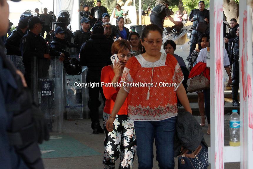 Oaxaca de Ju&aacute;rez, Oax. 29/02/2016.- Con bloqueos en todo el estado, y manifestaciones violentas en la capital oaxaque&ntilde;a, este lunes integrantes de la secci&oacute;n 22 del Sindicato Nacional de Trabajadores de la Educaci&oacute;n (SNTE), decidieron presionar a los gobiernos estatal y federal para reanudar el dialogo.<br /> <br />  <br /> <br /> Desde temprana hora, docentes de las 8 regiones de Oaxaca, iniciaron con el bloqueo de carreteras, y cruceros, as&iacute; mismo, quedaron suspendidas las actividades en 13 mil escuelas luego de su paro de 24 horas en todo el estado.<br /> <br />  <br /> <br /> En este contexto, en la capital de Oaxaca fueron obstruidos: El Crucero del Parque del Amor, 5 Se&ntilde;ores, El IEEPO, Monumento a la Madre, La Ex Volkswagen entre otros principales cruces, dejando paralizada la ciudad por m&aacute;s de 10 horas, ya que el flujo vial se detuvo.<br /> <br />  <br /> <br /> En tanto, un grupo de docentes intensificaron sus protestas tumbado dos de las puertas de las instalaciones del Instituto Estatal de Educaci&oacute;n P&uacute;blica de Oaxaca (IEEPO), as&iacute; mismo arrojaron piedras y otros objetos a los elementos de la gendarmer&iacute;a que resguardaban esta dependencia, en tanto, otros m&aacute;s efectuaron la quema de llantas, e impidieron a los trabajadores administrativos de este inmueble salir del lugar, lo anterior luego de que el personal intentara escapar salt&aacute;ndose las rejas.<br /> <br />  <br /> <br /> Fue despu&eacute;s de una larga jornada de movilizaci&oacute;n que los profesores decidieron retirar sus bloqueos en la capital del estado, incluyendo el crucero aleda&ntilde;o al IEEPO, edificio de donde inmediatamente sali&oacute; el personal retenido, en tanto los maestros partieron en marcha con destino al z&oacute;calo capitalino para realizar su mitin de cierre de actividades.