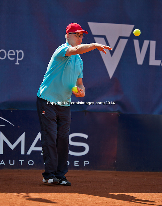 September 01, 2014,Netherlands, Alphen aan den Rijn, TEAN International, Umpire Frits in function as ballboy<br /> Photo: Tennisimages/Henk Koster