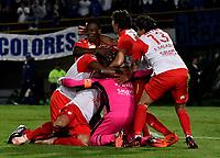 BOGOTÁ - COLOMBIA, 02-09-2018: Los jugadores de Independiente Santa Fe (COL), celebran la clasificación a la siguiente fase luego de vencer a Millonarios (COL)por definiciones desde el punto penal, durante partido Millonarios (COL) y el Independiente Santa Fe (COL), de vuelta de los octavos de final, llave A por la Copa Conmebol Sudamericana 2018, en el estadio Nemesio Camacho El Campin, de la ciudad de Bogotá. / The players of Independiente Santa Fe (COL), celebrate the classification to the next phase after beating to Millonarios (COL) by definitions from the penal point, match of the second leg between Millonarios (COL) and Independiente Santa Fe (COL), of the eighth finals, key A for the Conmebol Sudamericana Cup 2018 in the Nemesio Camacho El Campin stadium in Bogota city. Photo: VizzorImage / Luis Ramírez / Staff.