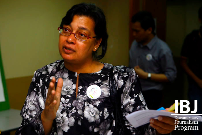 2010 JusticeMakers Fellow Dato' Yasmeen Shariff speeks with fellow lawyer at Project OutReach
