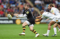 Elliot Daly of Wasps passes the ball. Aviva Premiership match, between Wasps and Bath Rugby on October 1, 2017 at the Ricoh Arena in Coventry, England. Photo by: Patrick Khachfe / Onside Images