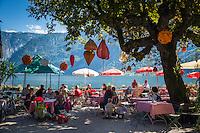 Austria, Upper Austria, Salzkammergut, Hallstatt at Lake Hallstatt with Dachstein mountains - lakeside café | Oesterreich, Oberoesterreich, Salzkammergut, Hallstatt am Hallstaetter See, umgeben vom Dachsteingebirge - Cafe am See - seit 1997 ist die Kulturlandschaft Hallstatt-Dachstein / Salzkammergut UNESCO Weltkulturerbe und Weltnaturerbe