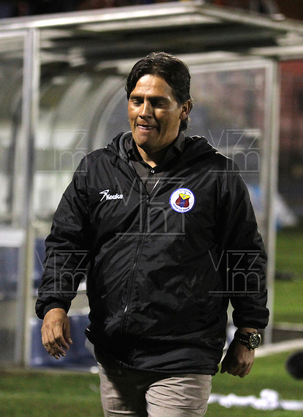 CUCUTA - COLOMBIA - 01-06-2013: Flavio Torres, técnico del  Deportivo Pasto se retira de la cancha depues de la clasificacion a las semifinales en partido disputado en el estadio Libertad, junio 1 de 2013. Deportivo Pasto y el Itagüí Ditaires en partido por la fecha 18 de la Liga Postobon I. (Foto: VizzorImage / Leonardo Castro / Str.) Flavio Torres, coach  of Deportivo Pasto retires after qualifying to the semifinals in a match at Libertad Stadium in Cucuta city, June 1, 2013. Deportivo Pasto and Itagüí Ditaires in game of the 18 date for the Postobon League I. (Photo: VizzorImage / Leonardo Castro / Str.)