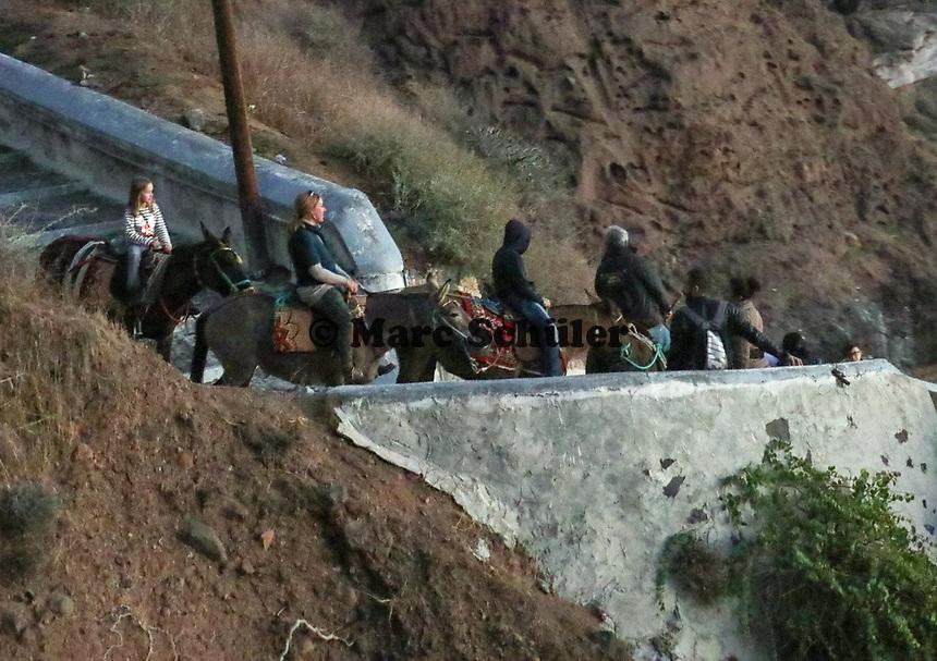 Touristen auf Eseln in Santorin - 22.11.2017: Santorin mit der Costa Deliziosa