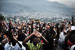 """Des dizaines de milliers d'Haitiens se ruent aux """"croisades évangéliques"""", organisées par des pasteurs américains en Haiti. Sorte de grand show elles peuvent se dérouler comme ici dans le grand stade de Port aux Princes où le pasteur arrive en hélicoptère. Depuis le séisme, le mouvement évangéliste a pris un essort sans précédant dans l'île."""