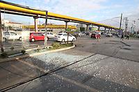 SAO PAULO, SP, 23 DE MARCO DE 2013 - ACIDENTE POSTO GASOLINA - Um caminhão desgovernado invadiu um posto de combustiveis que fica na Av. do Estado com Rua dos Patriotas no bairro do Ipiranga. O acidente aconteceu na manhã desse Sabado (23), um veiculo foi atingido, ninguem ficou ferido. FOTO: LUIZ GUARNIERI/BRAZIL PHOTO PRESS.