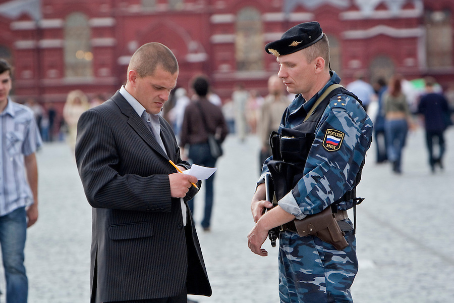 Moscow, Russia, 14/06/2006.&amp;#xA;Plain  clothes Kremlin guards detain a uniformed Russian Interior Ministry officer armed with an automatic rifle and handgun. The officer had been accompanying a group of foreign businessmen on Red Square as private security.<br />