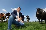 Foto: VidiPhoto<br /> <br /> DODEWAARD – Verzekeringsadviseur van LTO Verzekeringen Benjamin Overkleeft, maandag bij de melkkoeien van Jan-Willem van Rooijen in Dodewaard.