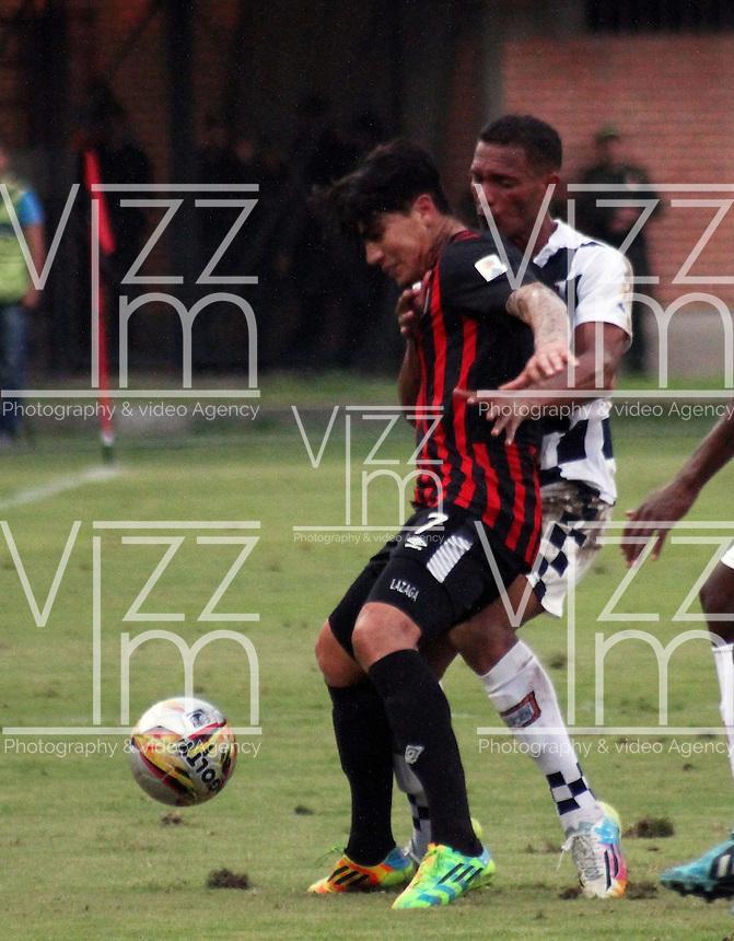 CUCUTA - COLOMBIA -21-02-2015: Marcos Lazaga (Izq.) jugador de Cucuta Deportivo, disputa el bal—n con Yeison Gordillo (Der) jugador de Boyaca Chico FC, durante  partido Cucuta Deportivo y Boyaca Chico FC, por la fecha 5 de la Liga de Aguila I 2015 en el estadio General Santander en la ciudad de Cucuta / Marcos Lazaga (L) of Cucuta Deportivo, vies the ball with Yeison Gordillo (R) jugador of Boyaca Chico FC, during a match Cucuta Deportivo and Atletico Junior for date 5 of the Liga de Aguila I 2015 at General Santander stadium in Cucuta city. Photo: VizzorImage  / Manuel Hernandez / Str.